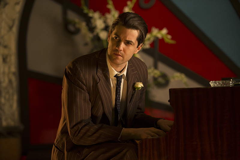 Callum (Jim Sturgess) playing piano