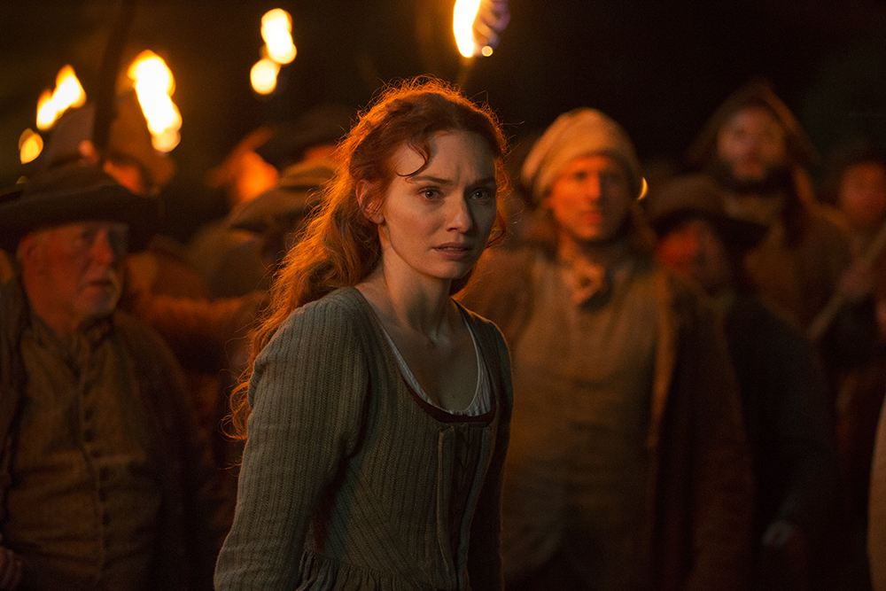 Demelza (Eleanor Tomlinson) in front of mob